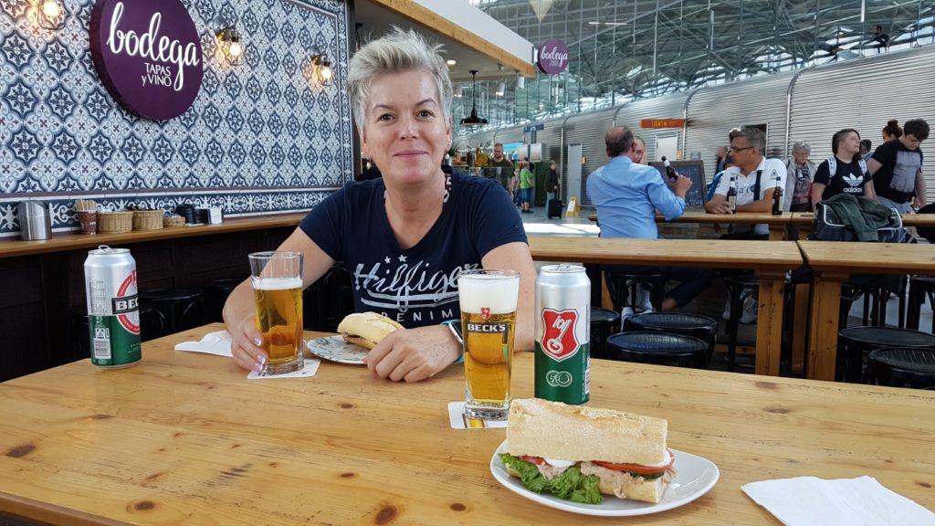 "Jakobsweg - MeineSpiritualitaet.de - ""Pilgerfrühstück"" am Flughafen."