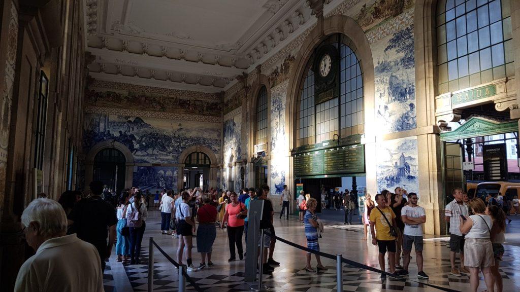 Der Bahnhof Porto São Bento mit prachtvollen Keramikbildern an den Wänden.